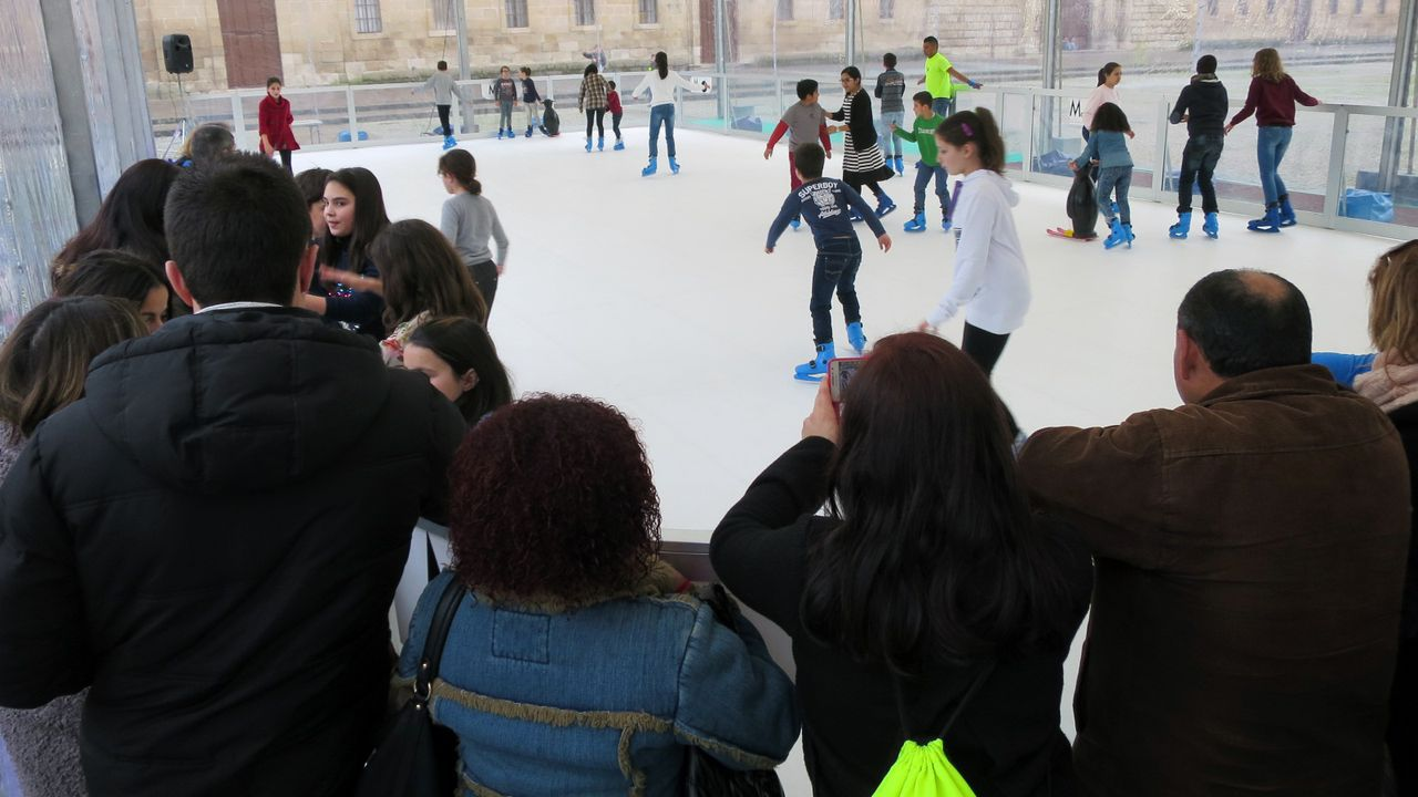 Pista de patinaje instalada por el Centro Comercial Urbano de Monforte en la plaza de la Compañía, en una foto de archivo