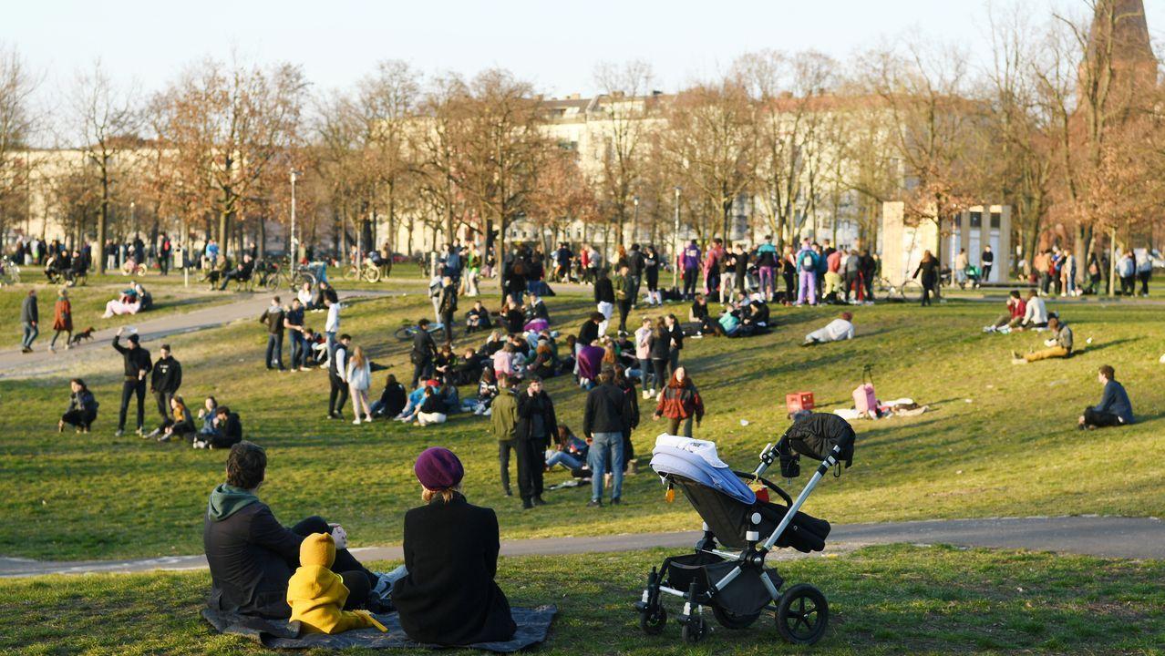 Vista general del parque berlinés Volkspark Friedrichshain, donde este lunes mostraba una actividad ajena a la psicosis del coronavirus