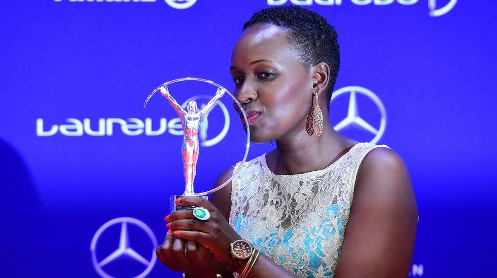La activista keniata Rachel Muthoga recibe un premio honorario.