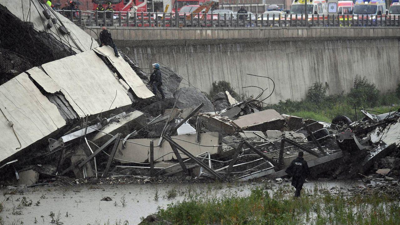 Los equipos de emergencia dicen que algunos vehículos pueden estar debajo de los escombros