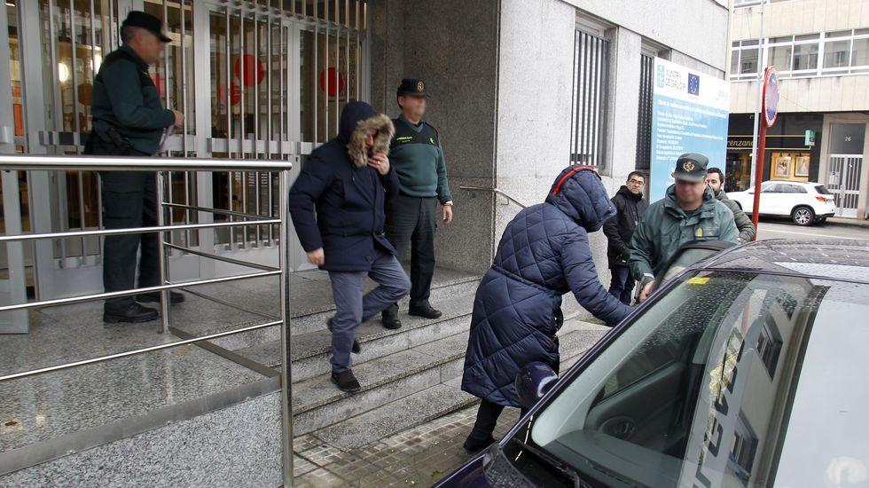 body.Momento en que el denunciado por la muerte de la perra Alma (en el centro, con capucha) sale del juzgado de Chantada