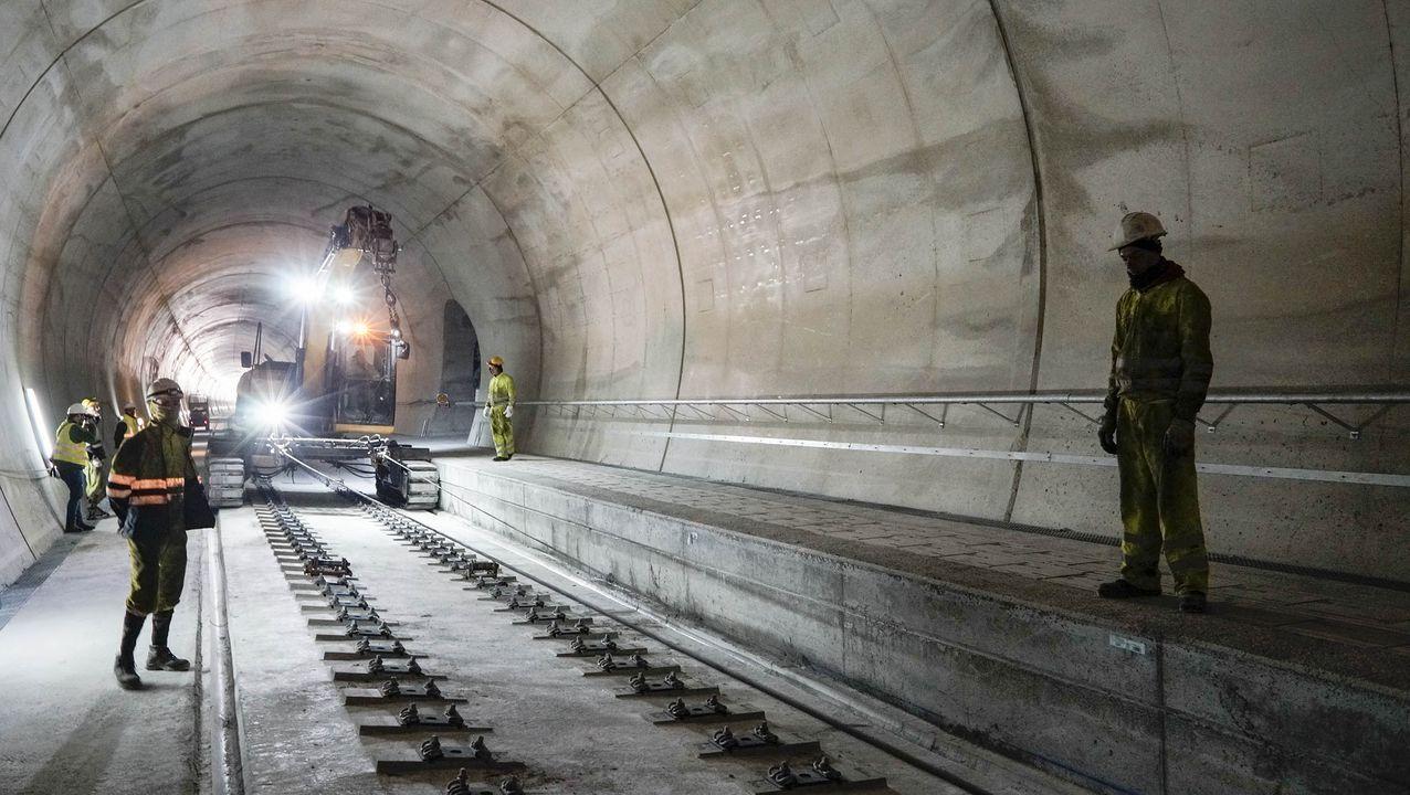 Obras del AVE entre Pedralba y Ourense.Imagen del proceso de hormigonado de la vía en placa