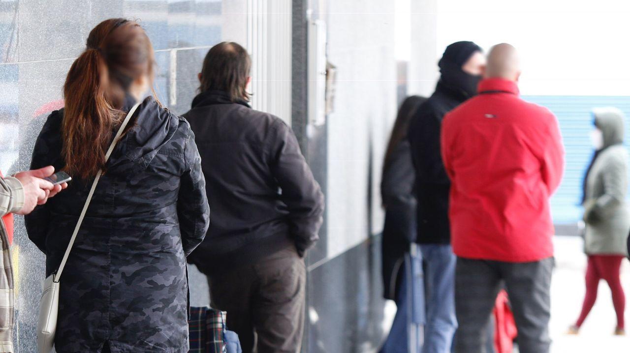 16 de abril, día 33 de confinamiento. Mientras crece la confusión por el recuento de víctimas en España, a pie de calle se vuelven a vivir imágenes de anteriores crisis. En A Coruña se dispara la asistencia a instituciones benéficas para conseguir alimentos. Vuelven las colas para comer.