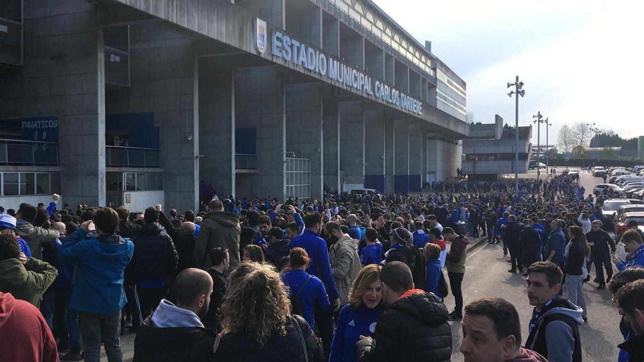 Aficionados del Real Oviedo durante la protesta