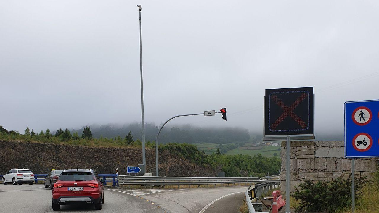 Imagen del acceso de Arroxo (Lourenzá) este sábado por la mañana, con la A-8 cerrada por niebla