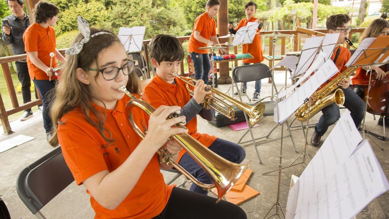 La música salió a la calle en Carballo por el Día de Europa: ¡mira las imágenes!.El periodista asturiano Alex Rozada