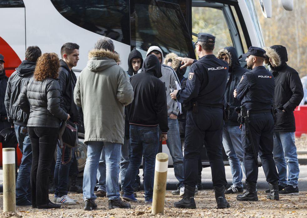 Tras el suceso, la policía retuvo en Madrid durante horas los dos autocares de hinchas coruñeses.