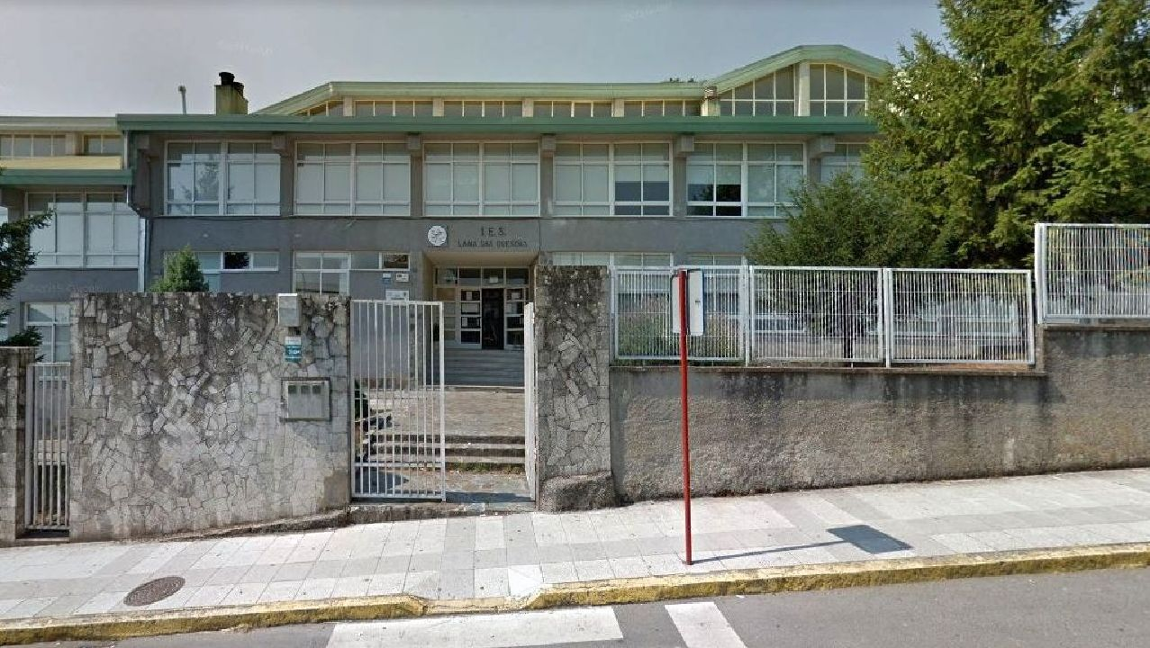 Fernando Alonso cumple el ritual de la carrera solidaria.O instituto Lama das Quendas foi creado en 1970 e acolleu desde entón a uns 4.000 alumnos