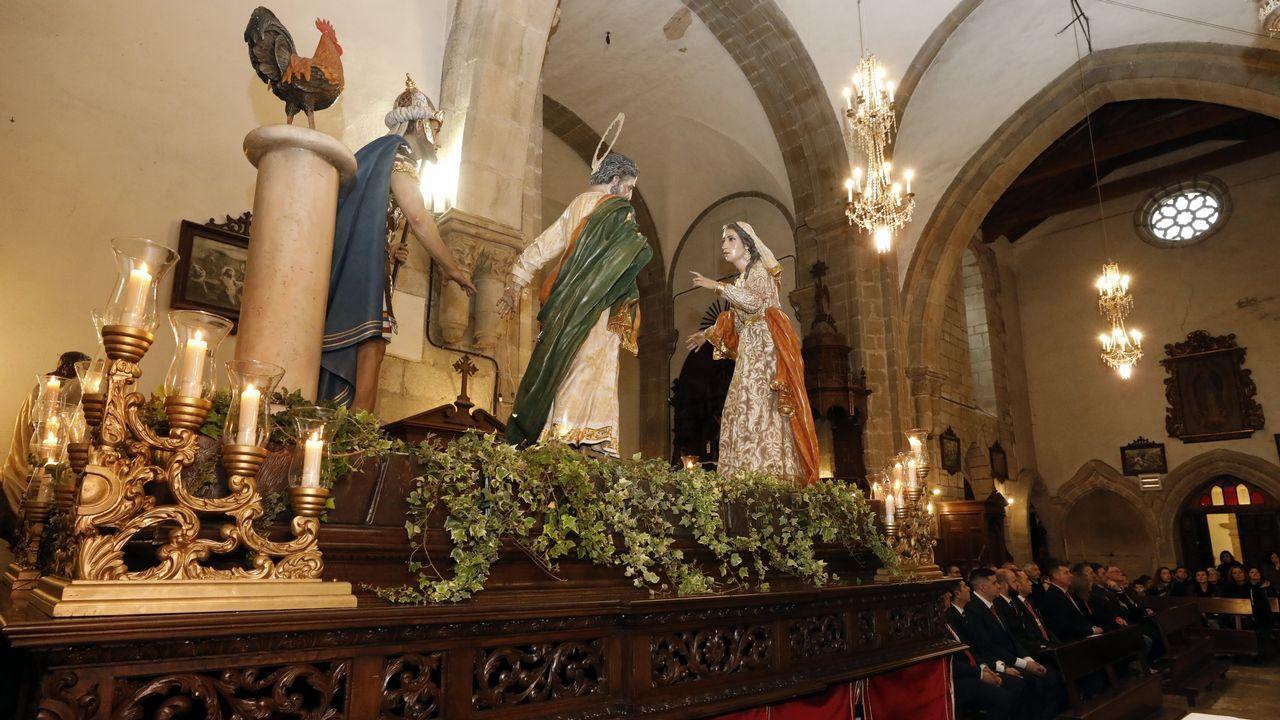 Ni la lluvia ni el frío pueden con la fiesta en Mondoñedo.Descendientes de Jesús Penabad con los iconos rusos que han encontrado
