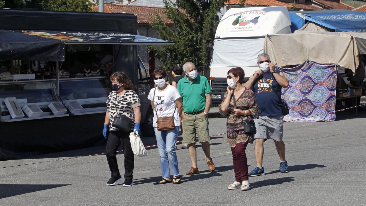 La empresa de A Ulloa que procesa 7 millones de kilos de castaña.Visitantes de la feria de Chantada provistos de mascarillas, en una imagen de archivo