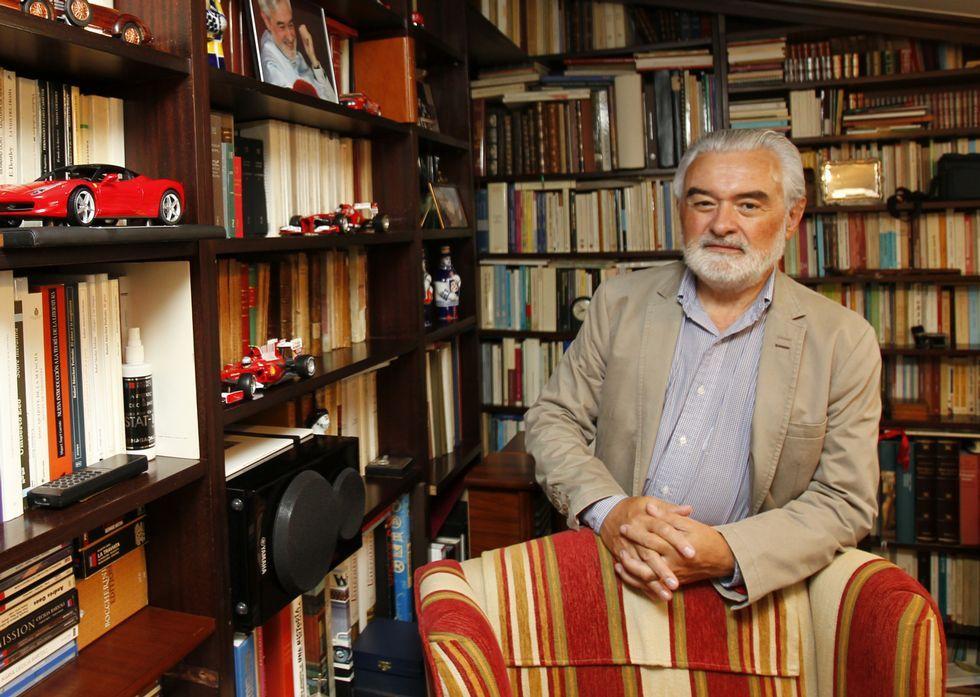 Darío Villanueva, retratado en la biblioteca de su casa en Santiago de Compostela.