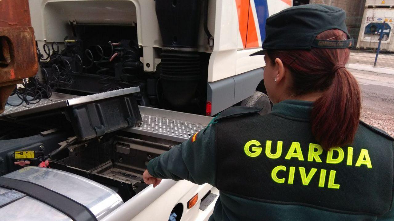El alcalde de Oviedo, Wecenslao López, charla con el concejal de IU, Iván Álvarez, en la plaza del ayuntamiento y con Rubén Rosón (Somos) en segundo plano.Un agente de policía vigila la ceremonia en honor a las víctimas del atentado terrorista del 17 de agosto del año pasado