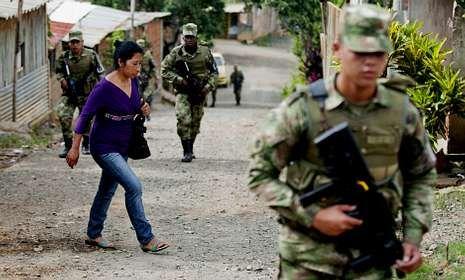 Donald Maclean.El proceso de paz ocupa el centro del debate electoral (en la foto, una patrulla en Cali).