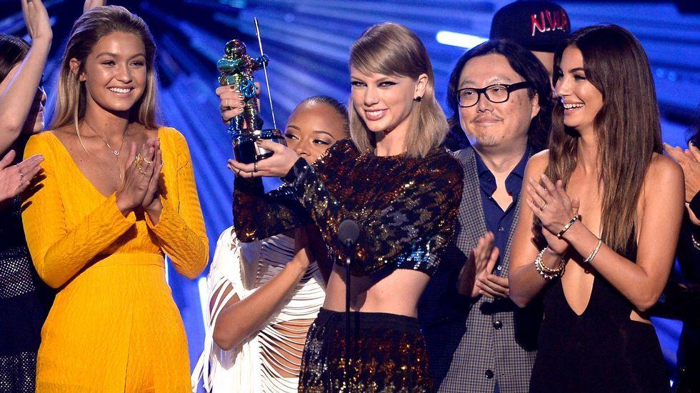 Gigi Hadid, Serayah, Taylor Swift, Joseph Kahn y Lily Aldridge durante la gala