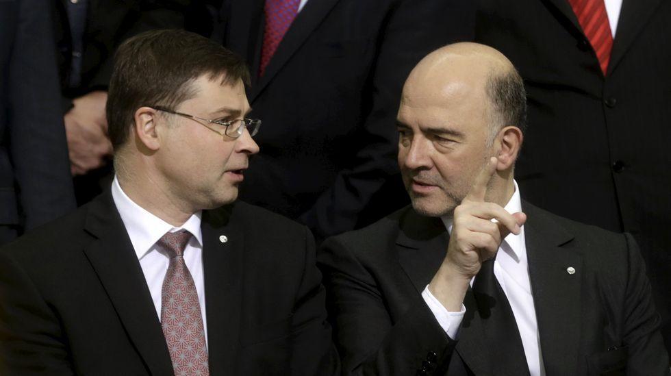 Luis de Guindos charla con el ministro griego de Finanzas, Yanis Varufakis