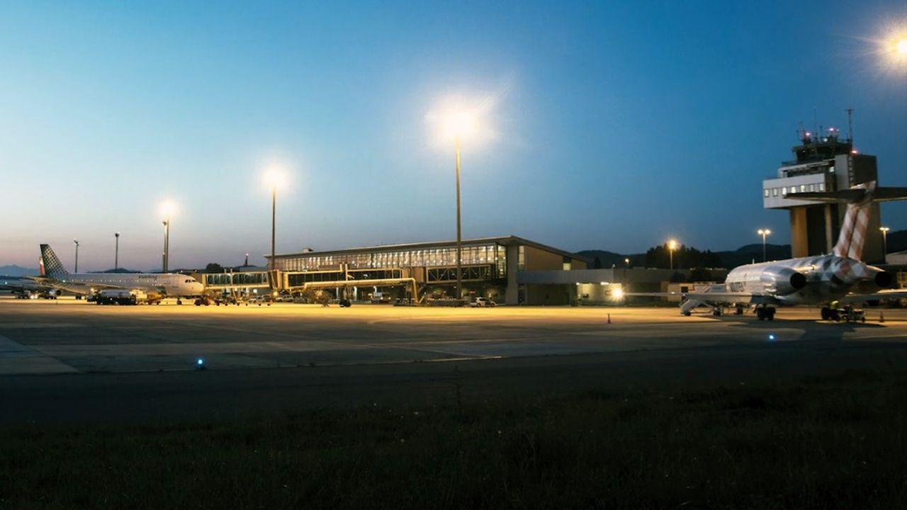 Jornada de paraguas en A Coruña.Aeropuerto de Asturias