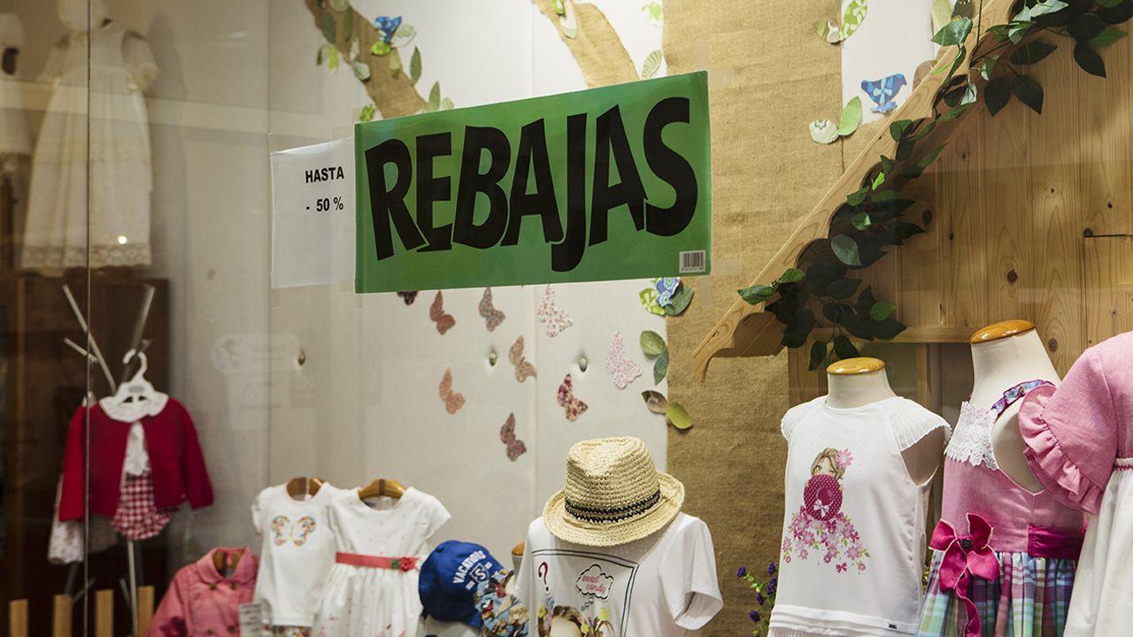Carteles de rebajas en comercios de Oviedo