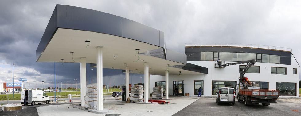La estación de servicio entrará en funcionamiento antes que la cafetería y el restaurante.