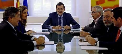 mordaza.El presidente convocó a La Moncloa a los agentes sociales para negociar la nueva ayuda, de la que aún no se conoce la cuantía.