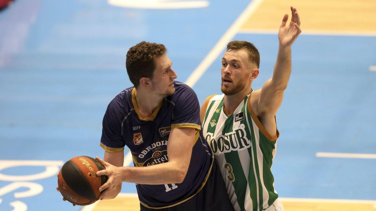Edgar y Nahuel esperan en el área durante el Oviedo-Almería