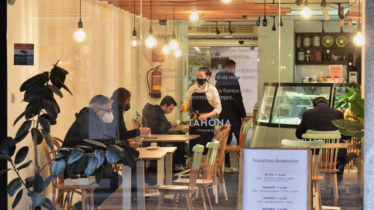 Los clientes vuelven al interior de los locales en A Coruña.Audiencia Provincial