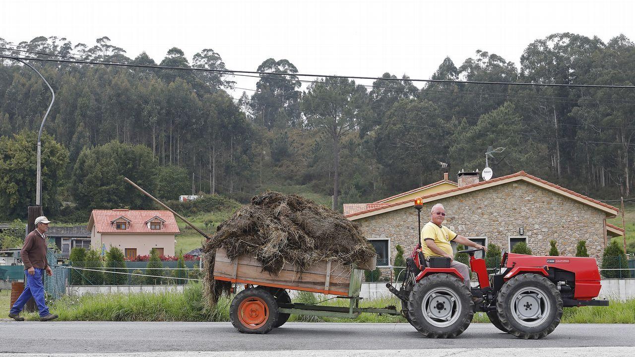 Un tractor cruza por una carretera de la parroquia de Orro, en Culleredo