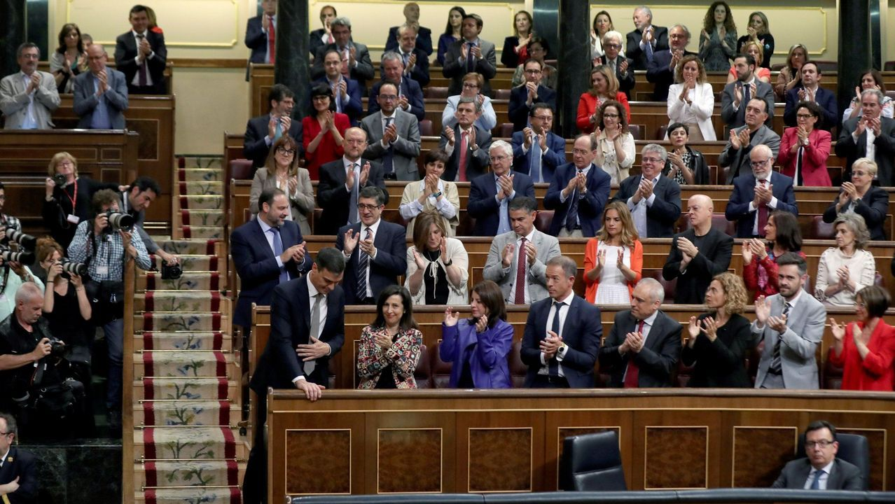 Un año marcado por la moción de censura y la irrupción de la extrema derecha.El Juan Carlos I entra en el puerto de Guecho, donde permanecerá todo el fin de semana pese al rechazo de la corporación municipal