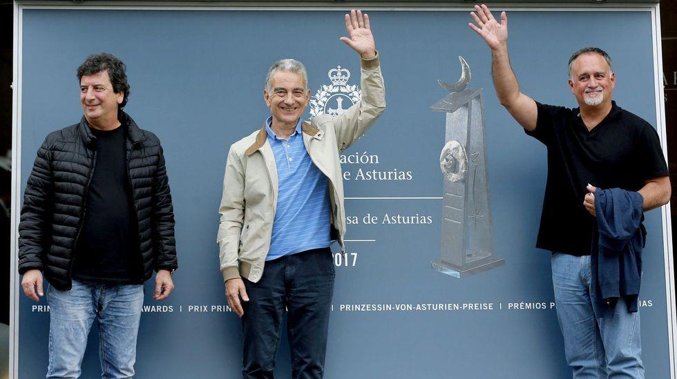 Los integrantes de Les Luthiers, Premio Princesa de Asturias de Comunicación y Humanidades, Jorge Maronna (c), Horacio Turano (i) y Martin O'Connor (d), a su llegada hoy a Oviedo con motivo de la próxima entrega de los Premios Princesa de Asturias. Los seis miembros de Les Luthiers se encuentran ya en Oviedo.
