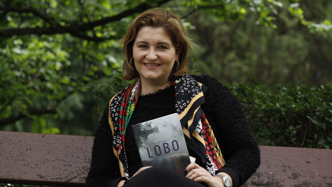 Pilar Macía con un ejemplar de su novela «Lobo», ambientada en A Pobra do Brollón y Monforte