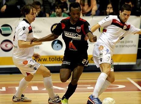 Segunda carrera CorreSan.Kenny, del Zaragoza, entre Alan Brandi y Raúl Campos en el partido de la primera vuelta.