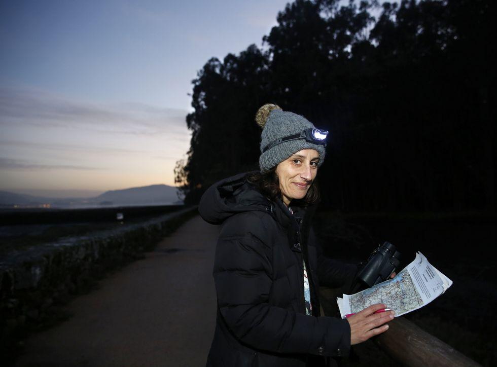 Carlota Veiga, en las Salinas do Ulló, es una de las voluntarias del programa Noctua.