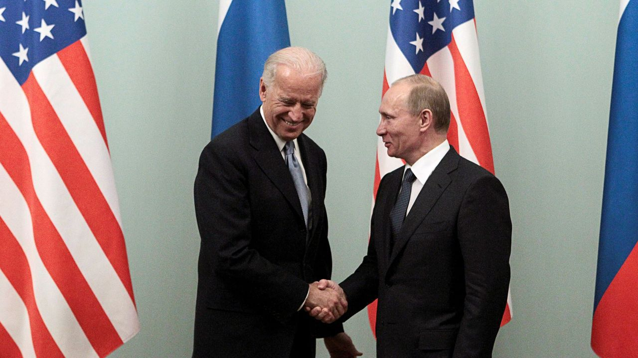 Biden saludando a Putin durante una visita a Moscú en el 2011, cuando era vicepresidente de Obama