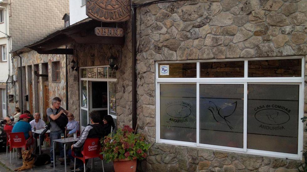 La élite de la justicia asturiana.Exterior del bar Anduriña, en Seoane do Courel