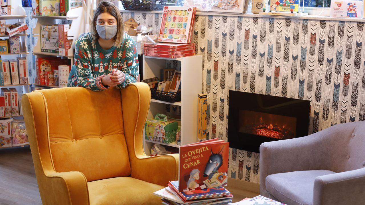 Yolanda, en Soños de Papel, de Lugo, dice que esta Navidad vuelve a triunfar el cuento en papel