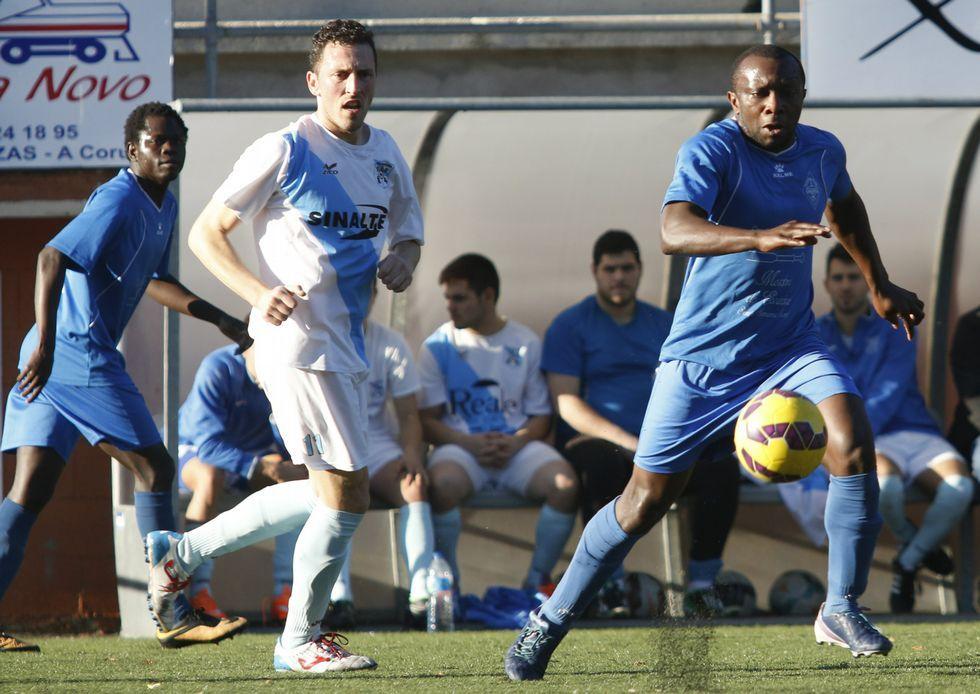 El camariñán Martín Kanga lleva un balón ante la mirada del sportinguista Josito en San Andrés.