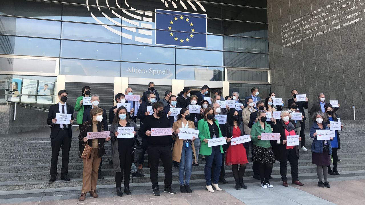Una treintena de eurodiputados españoles de partidos de izquierda se concentraron este miércoles frente al Parlamento Europeo para condenar las amenazas de muerte recibidas en los últimos días por varios dirigentes políticos