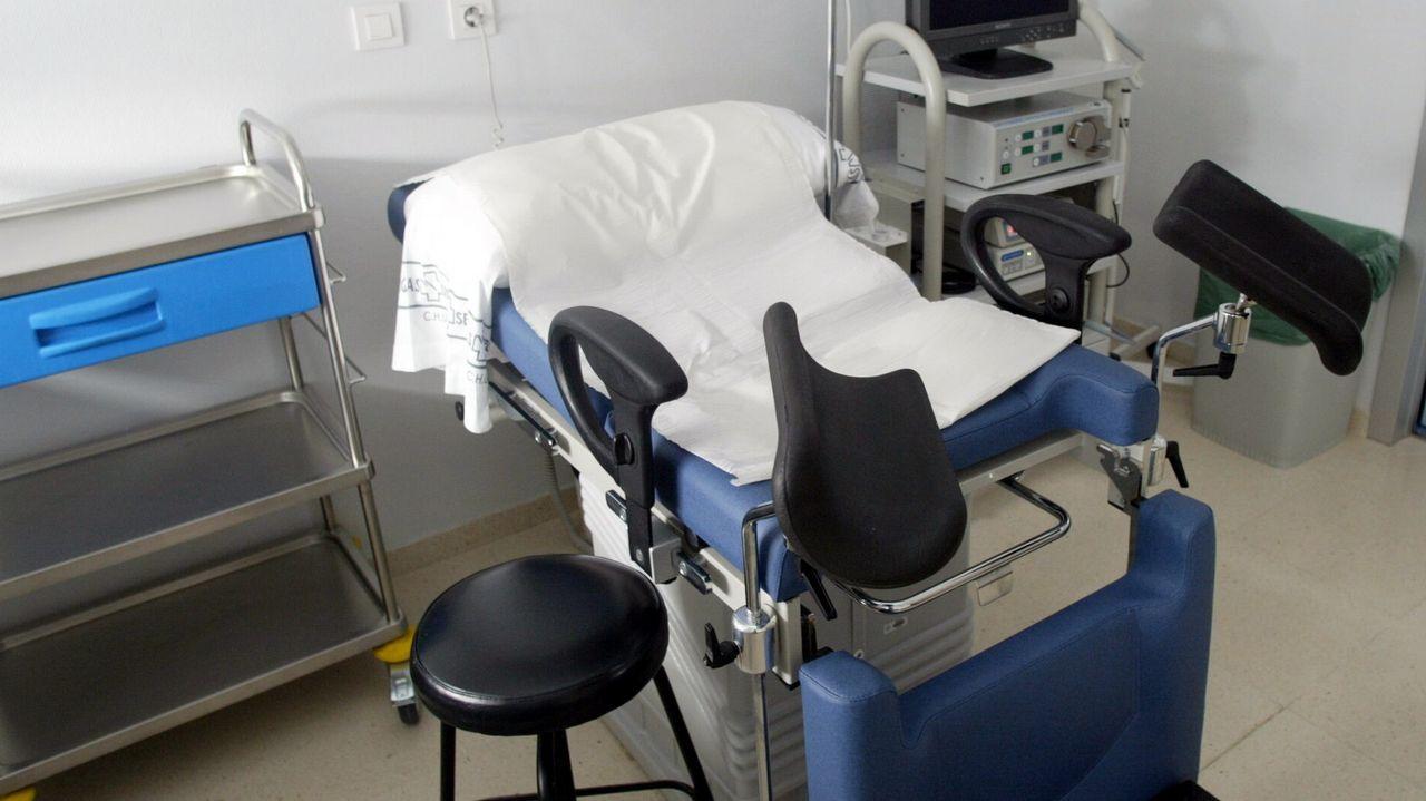 Un grupo de pacientes consulta la ubicación de los servicios en las consultas externas del HUCA.Candidaturas Langreo