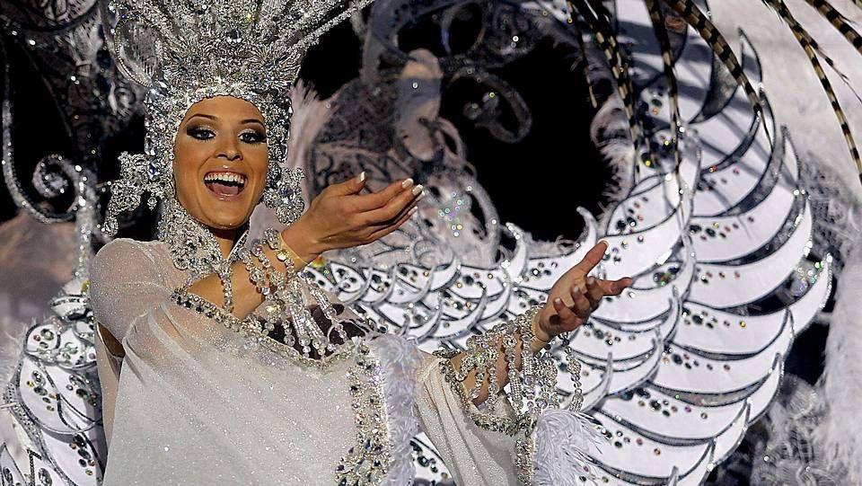 La candidata Soraya Rodríguez, con la fantasía «Volare», tras proclamarse Reina del Carnaval de Tenerife 2013