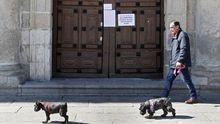 Un letrero en la puerta de la iglesia de la Compañía, en Monforte, avisa que no habrá misas hasta nuevo aviso