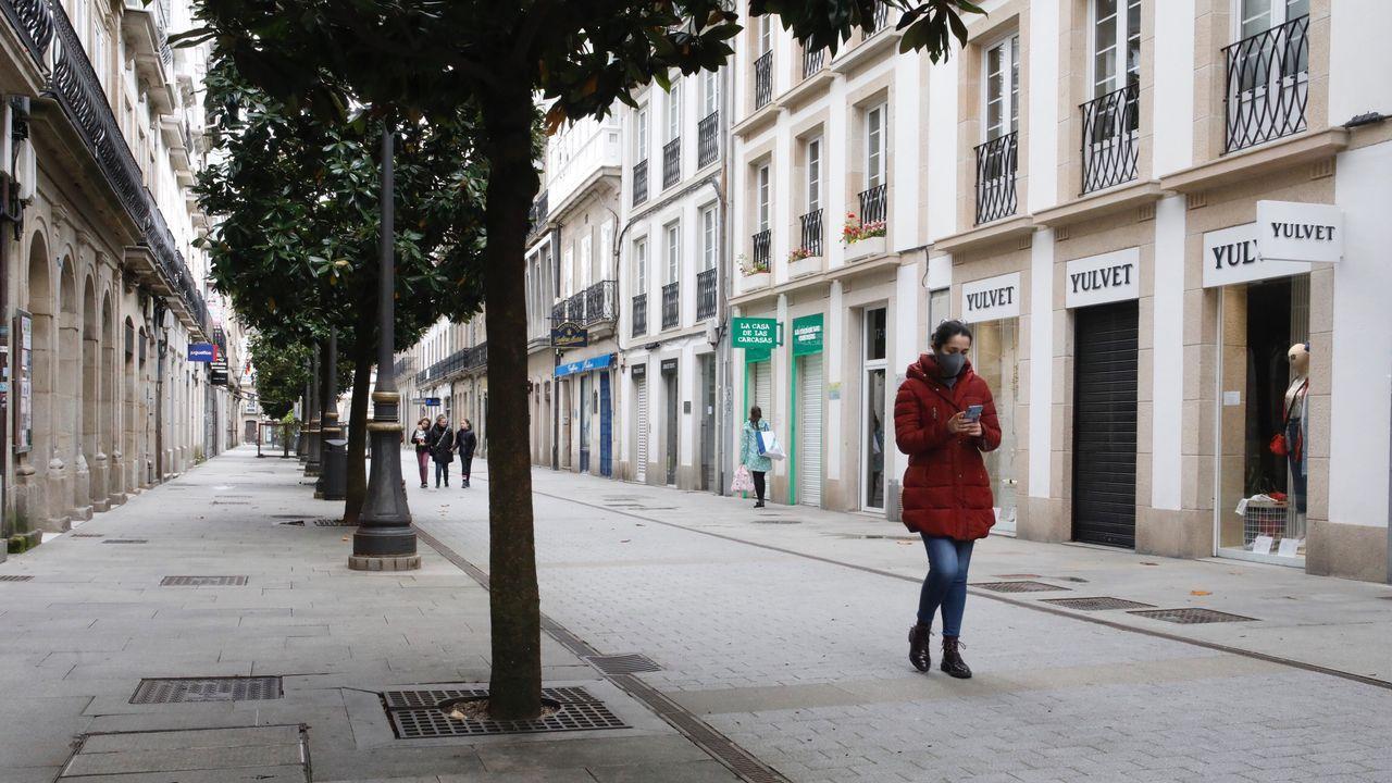 En la calle de la Reina, pleno centro de Lugo, las persianas de los comercios continúan bajadas