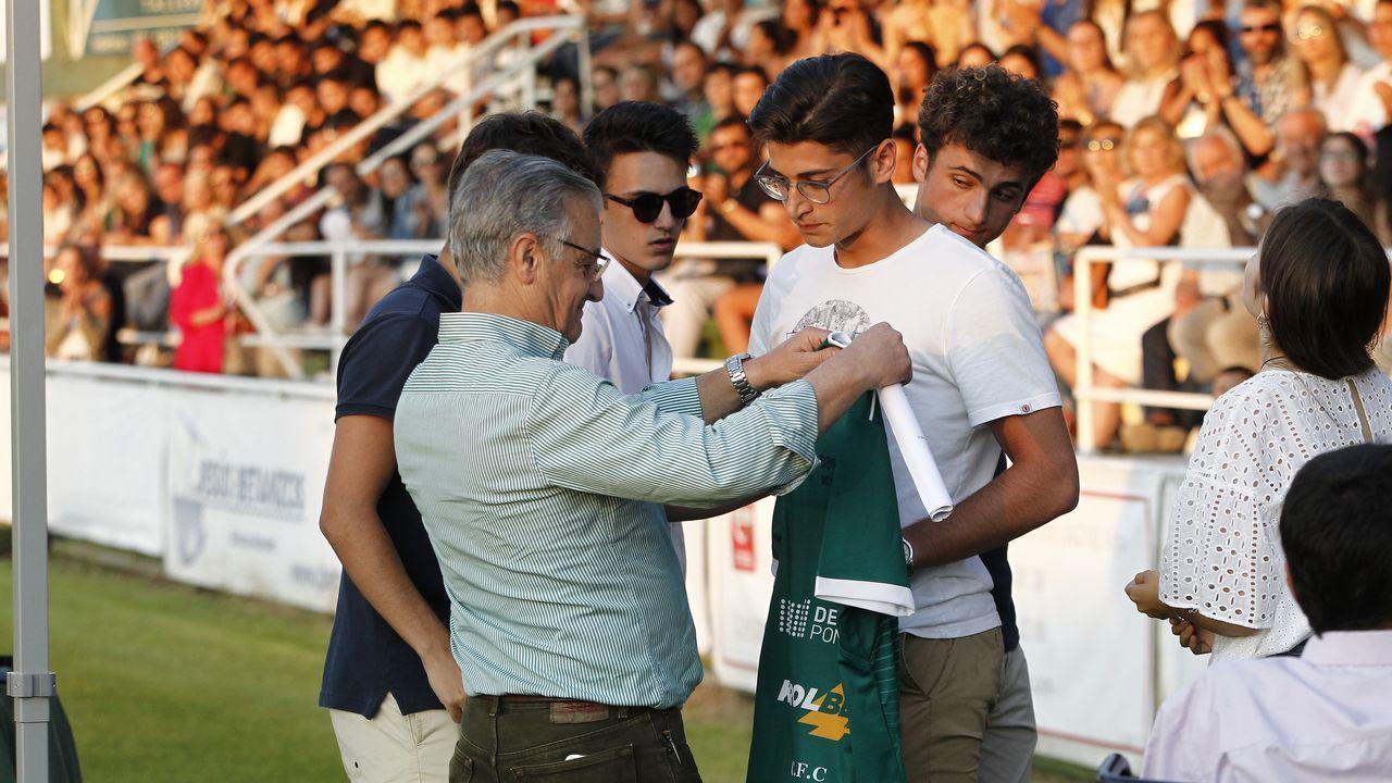 Open Arms denuncia que guardias libios hundieron un barco de refugiados con dos mujeres y un niño a bordo.El padre de Fabio recibió en Coruxo una camiseta firmada por todos los compañeros de su hijo
