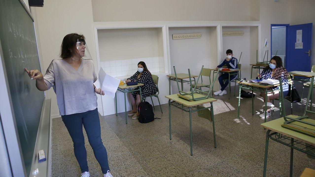 Regreso a las aulas en Ribeira.Los profesores también usan pantallas protectoras en el IES de Ribeira
