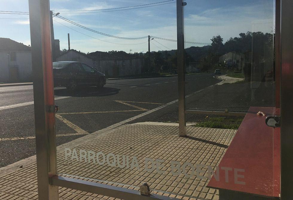 El acceso asfaltado a la casa de los padres del alcalde de Arzúa está a continuación de la marquesina.