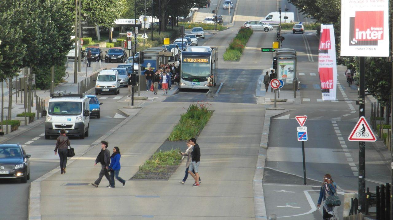 Nantes. El uso de plataformas exclusivas, en ocasiones situadas entre los carriles de tráfico general, dotadas con sistemas de información dispararon el número de pasajeros. En las horas punta, algunas de las líneas tienen frecuencias de solo tres minutos para evitar que los autobuses se saturen.