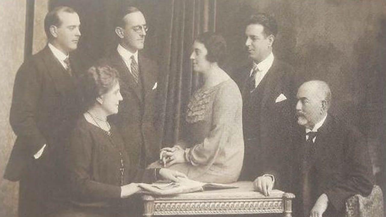 Sentados en sillas, Lucía Canosa, esposa de Manuel Candia, y los cuatro hijos del matrimonio