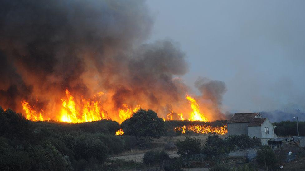 El fuego cerca de la aldea de Cabreiro