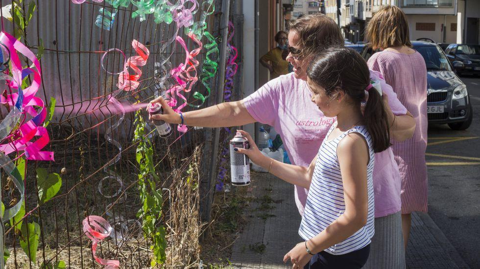 Vecinos de la calle Mahón carballesa le ponen color al San Xoán.Fotograma de la serie «Gente normal»  que se estrena en España el 16 de julio en Starzplay