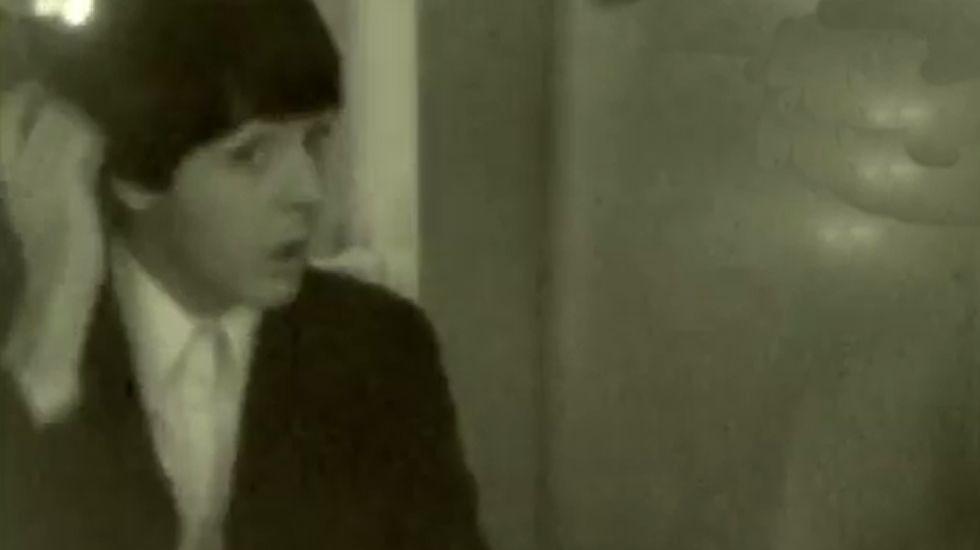 El vídeo inédito de los Beatles de 1965.George Martin (segundo por la derecha), en una sesión de los Beatles
