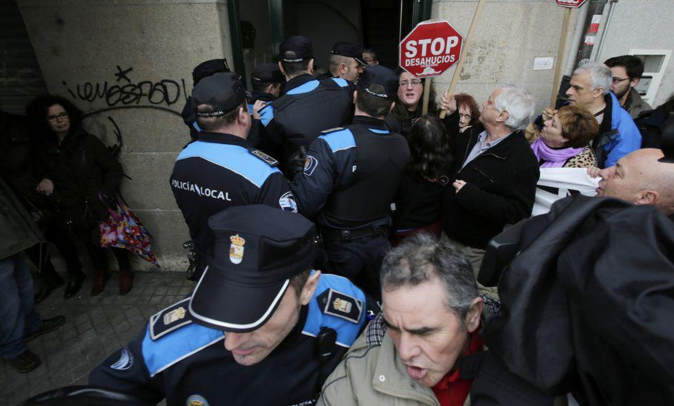 <span lang= es-es >Los desahucios lideran las protestas en Galicia</span>. Más de 6.300 personas se quejaron ante el Valedor do Pobo por desahucios (en la imagen, uno reciente en Ourense) y cláusulas suelo.
