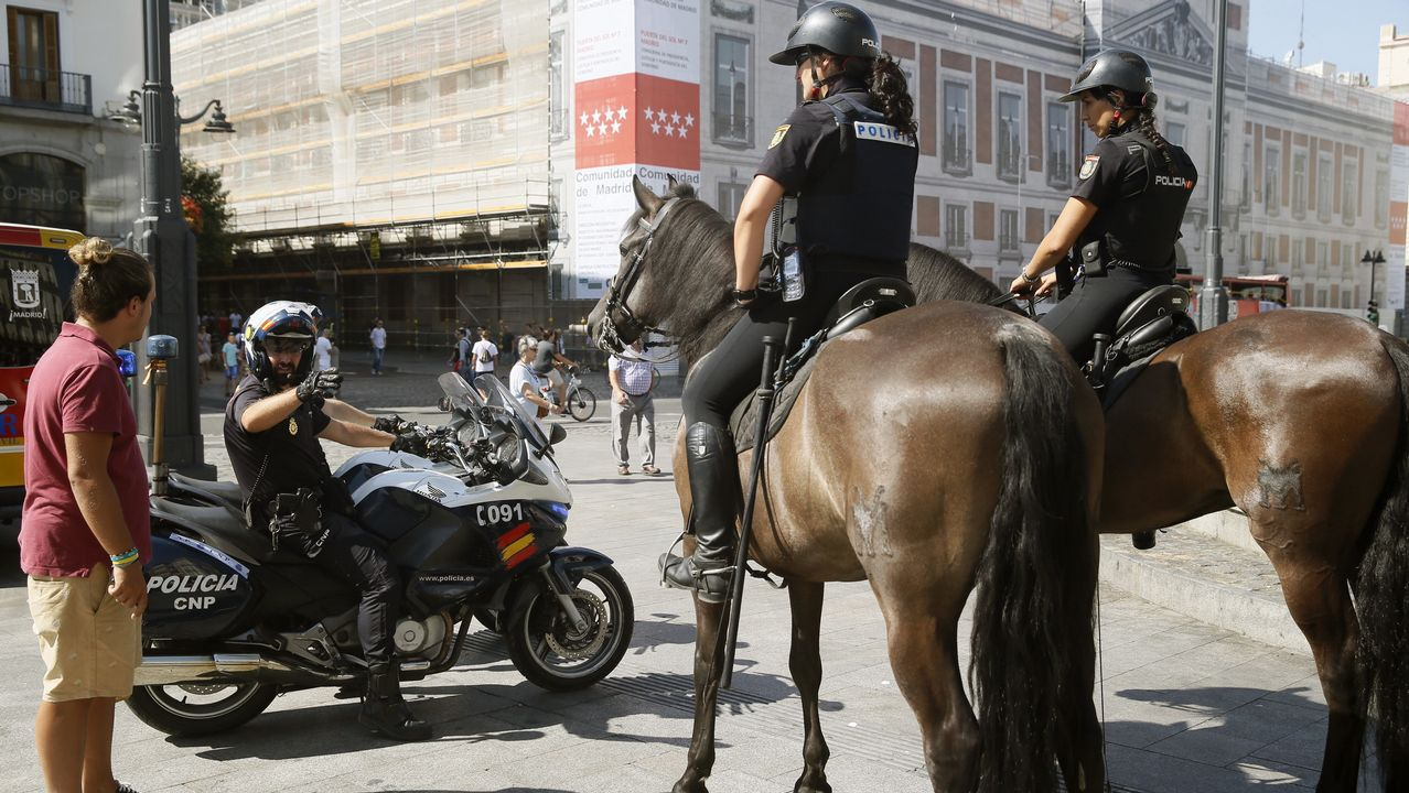 Varios agentes de la Policía Nacional patrullan en la Plaza de la Puerta del Sol en Madrid